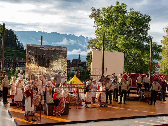 Carmen Werdenberg eingekleidet mit Kostümen von Kostüm Jänger aus St. Gallen in der Schweiz